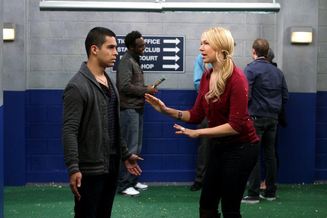 Chelsea (Laura Prepon, r.) wird von dem Baseballspieler Tommy Martinez (Wilmer Valderrama, l.) völlig umgehauen. Als Tommy von den New York Yankees... - Bildquelle: Warner Bros. Television
