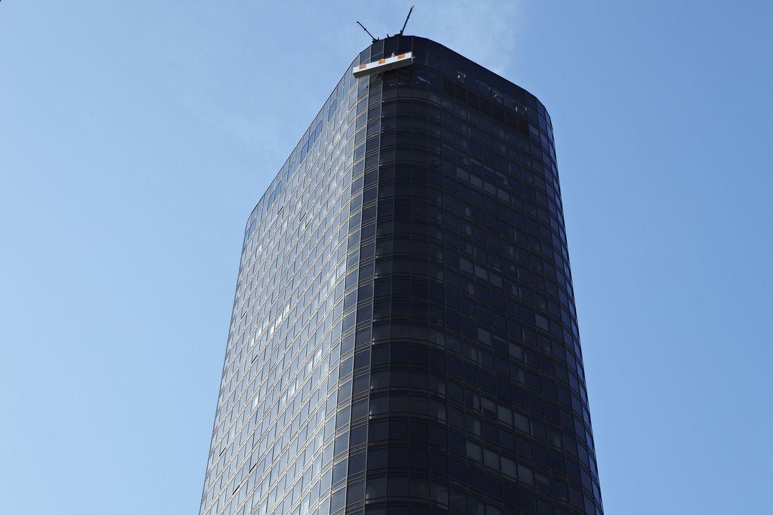 Durch die katastrophalen Fehlfunktion der Hochhaus-Fensterwaschplattform in New York City. stürzte ein Arbeiter fast 50 Stockwerke. Wie konnte er di... - Bildquelle: Zachary Maxwell Stertz Cineflix 2009