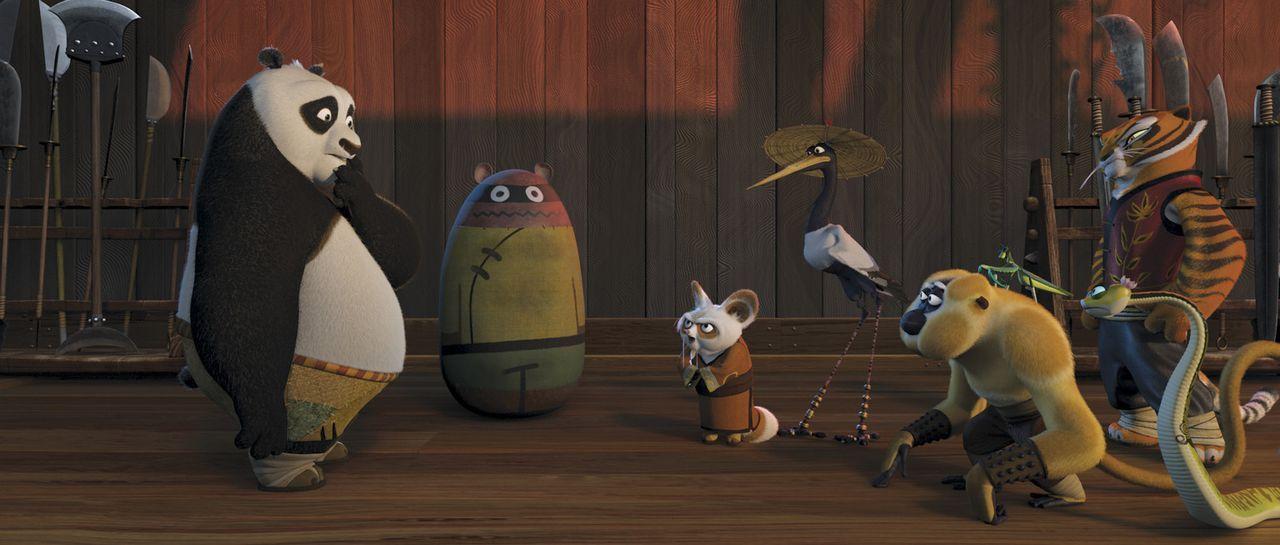"""Unerwartet wird der dicke Panda Po (l.) dazu auserwählt, die Kung Fu Lehre bei Meister Shifu (2.v.l.) zu erlernen - seine Mitschüler sind die """"Fur... - Bildquelle: Paramount Pictures"""
