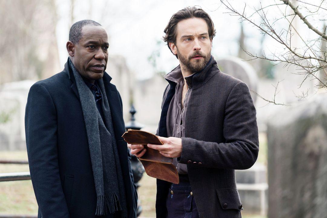 Ezra (James McDaniel, l.) offenbart Crane (Tom Mison, r.) eine hoffnungsvolle, jedoch auch eine beängstigende Wahrheit ... - Bildquelle: 2015-2016 Fox and its related entities.  All rights reserved.