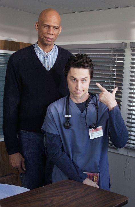 Wie ein Zwerg steht J.D. (Zach Braff, r.) vor Kareem Abdul-Jabbar (Kareem Abdul-Jabbar, l.) ... - Bildquelle: Touchstone Television