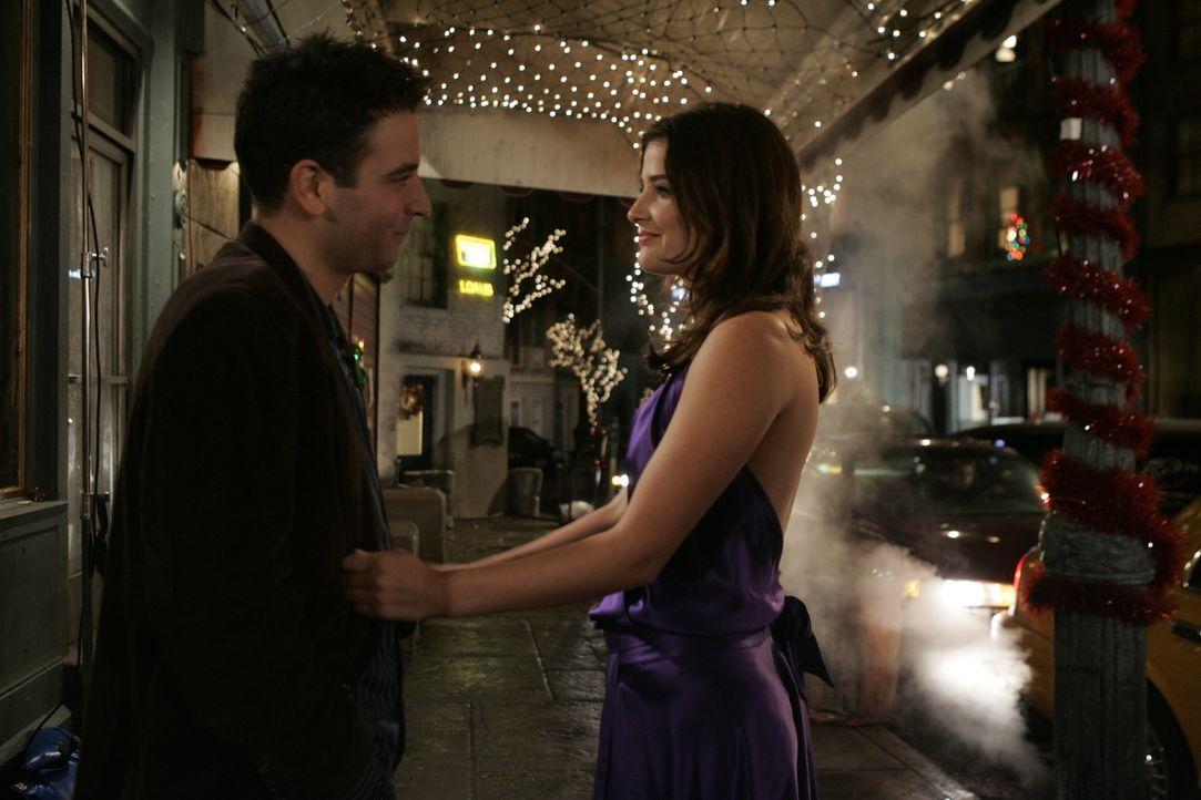 Weil Robin (Cobie Smulders, r.) von ihrem Freund versetzt wird, taucht sie plötzlich bei Ted (Josh Radnor, l.) auf ... - Bildquelle: 20th Century Fox International Television