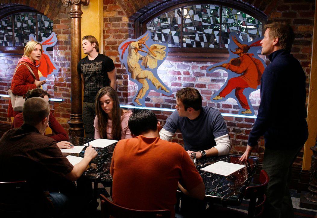 Zwischen Lynette (Felicity Huffman, l.) und Tom (Doug Savant, r.) kommt es wegen Austin (Josh Henderson, M.) in der Pizzeria zum Streit ... - Bildquelle: 2005 Touchstone Television  All Rights Reserved