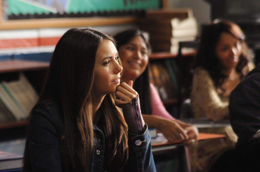 Seit dem sie Stefan kennt, ist Elena (Nina Dobrev, l.) mit ihren Gedanken oft woanders. - Bildquelle: Warner Brothers