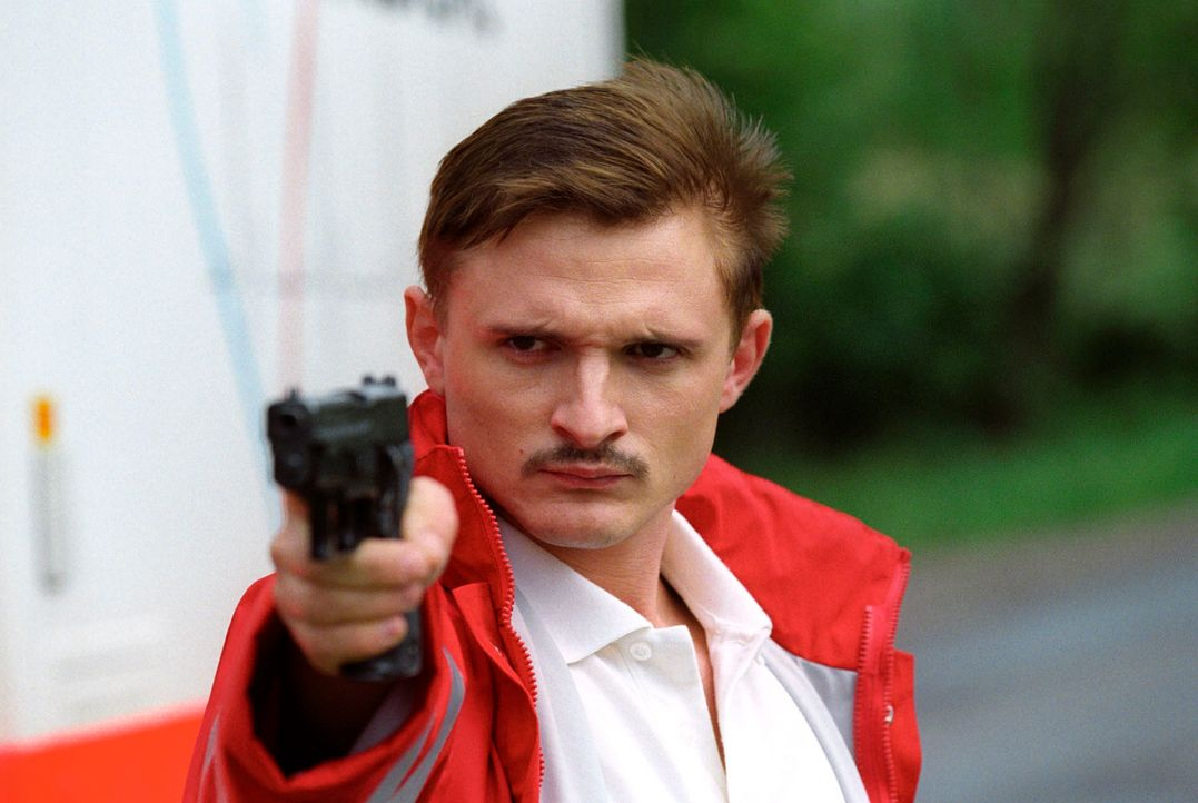 Miroslav Sokol (Florian Lukas) versucht, als Sanitäter verkleidet, seinen Vater zu befreien. Es kommt zum Schusswechsel. - Bildquelle: Christian A. Rieger Sat.1