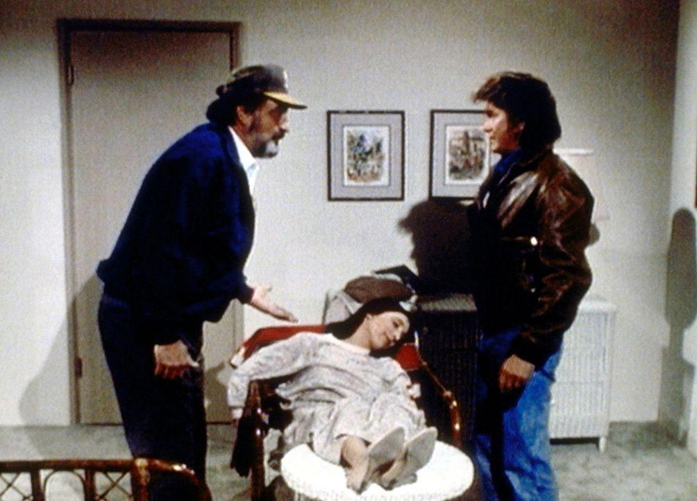 Mark (Victor French, l.) will Jonathan (Michael Landon, r.) nicht glauben, dass Birdy (Didi Conn) wegen des Geistes von Roger Bolt in Ohnmacht gefal... - Bildquelle: Worldvision Enterprises, Inc.