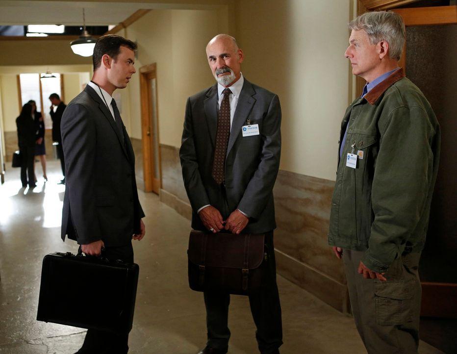 Als Richard Parsons (Colin Hanks, l.) versucht, Gibbs (Mark Harmon, r.) zu Fall zu bringen, bekommt Gibbs juristischen Beistand von Albert Jethro 'A... - Bildquelle: CBS Television