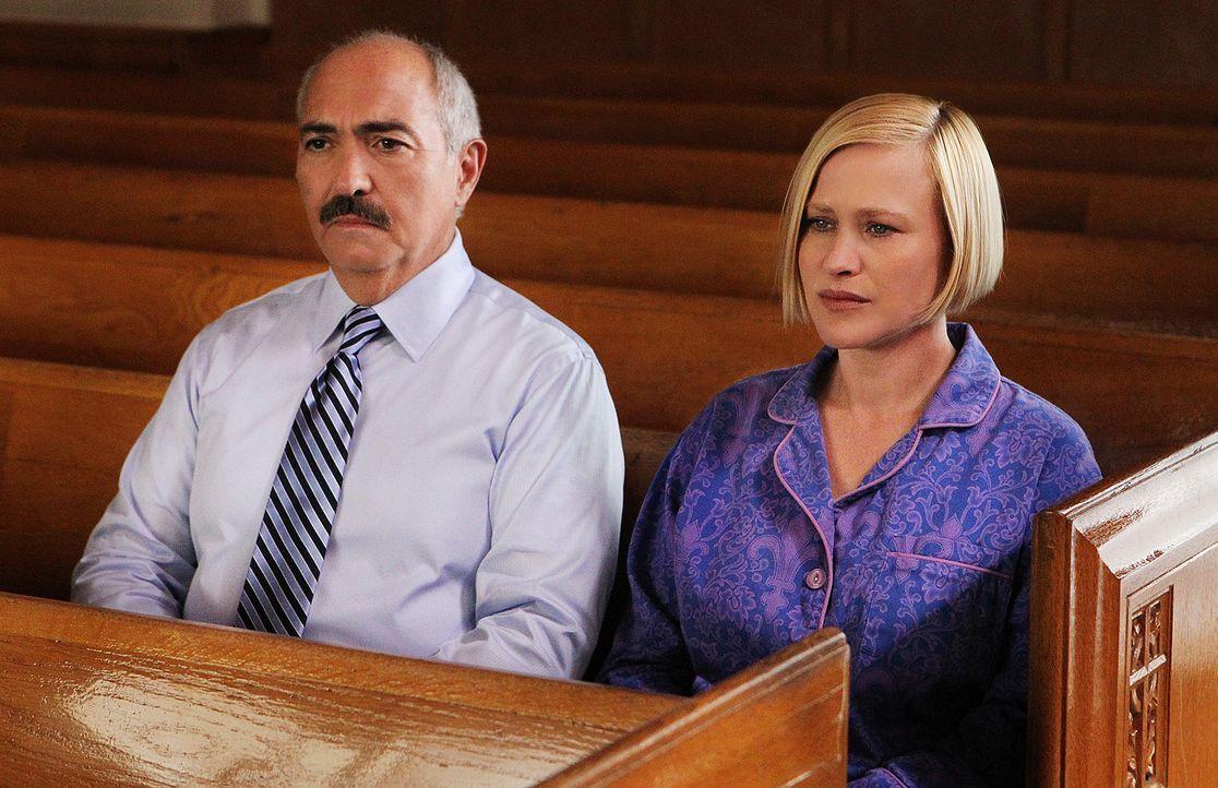 Geister unter sich: Manuel Devalos (Miguel Sandoval, l.) und Allison Dubois (Patricia Arquette, r.), die beide kürzlich ums Leben gekommen sind, tre... - Bildquelle: Paramount Network Television