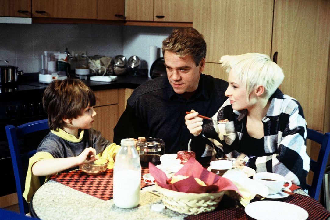 Kommissar Wolff (Jürgen Heinrich, M.) und seine Tochter Verena (Nadine Seiffert, r.) kümmern sich um den kleinen Michail (Jewgenij Surnin, l.). De... - Bildquelle: Alfred Raschke Sat.1