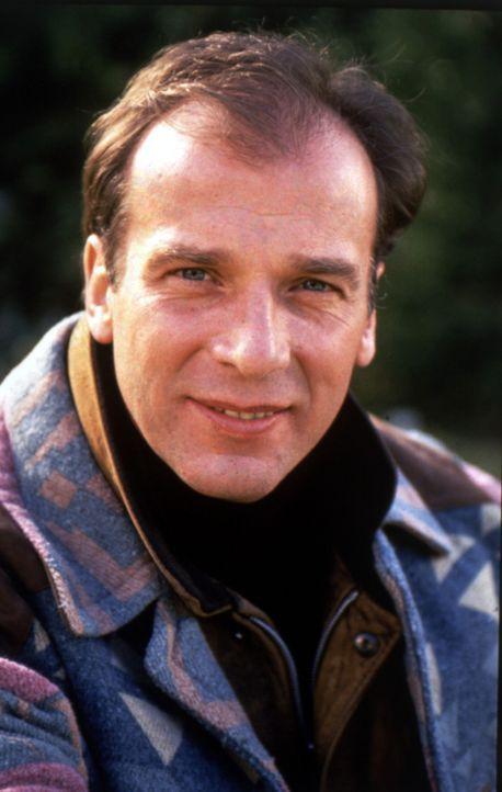 Eines Tages muss der Urbayer Valentin Gruber (Wolfgang Fiereck) aus dem Tegernseer Tal auf der Insel Rügen auf Verbrecherjagd gehen ... - Bildquelle: SAT.1
