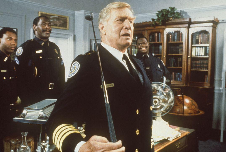 Bei den Feierlichkeiten für seine Verdienste als Leiter der Police Academy benötigt Kommandant Lassard (George Gaynes, r.) schon bald die Hilfe sein... - Bildquelle: Warner Bros.
