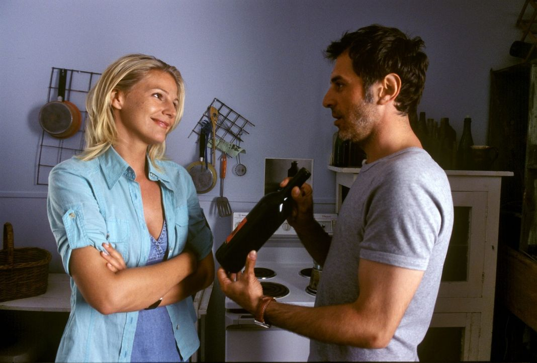 Elena (Sophie Schütt, l.) und Phil (Merab Ninidze, r.) kommen sich näher ... - Bildquelle: Megan Lewis Sat.1