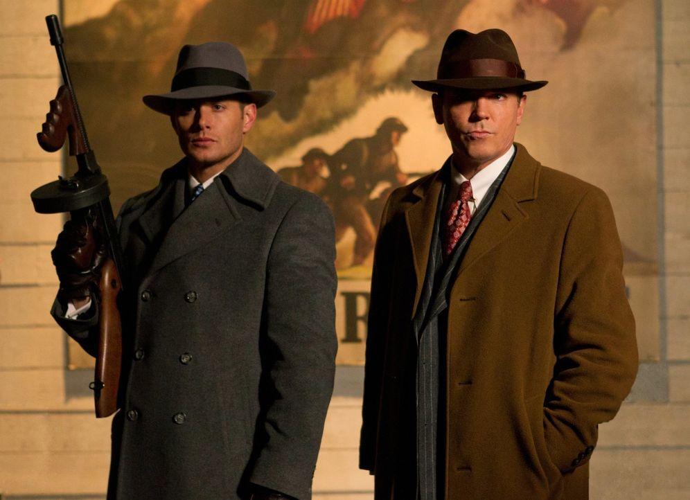 Treffen im Jahr 1944 wieder aufeinander: Dean (Jensen Ackles, l.) und Eliot Ness (Nicholas Lea, r.) ... - Bildquelle: Warner Bros. Television