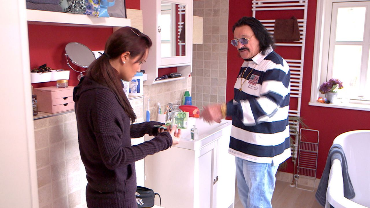Toni (r.) will nur noch eins: Der Familie soll es gut gehen! Deshalb schmeißt er mit Geld und Geschenken um sich. Michelle (l.) ist sprachlos ... - Bildquelle: SAT.1