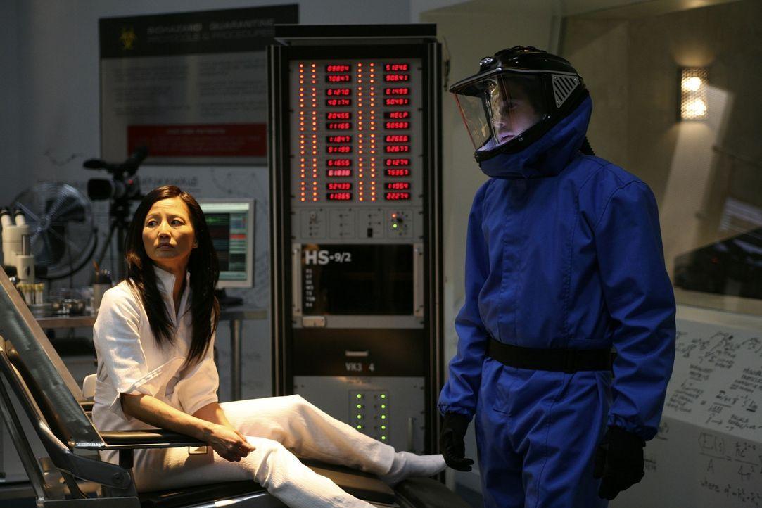 """Zane Donovan (Niall Matter, r.) sieht sich Kim (Tamlyn Tomita, l.) an, von der der Bordcomputer der """"Columbus"""" eine Eigenkopie gebaut hat ... - Bildquelle: Universal Television"""
