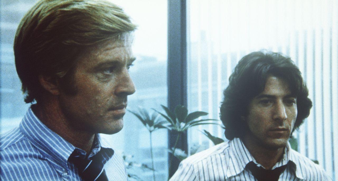 Den Reportern Carl Bernstein (Dustin Hoffman, r.) und Bob Woodward (Robert Redford, l.) wird immer mehr bewusst, dass sie den größten Politskandal d... - Bildquelle: Warner Bros.
