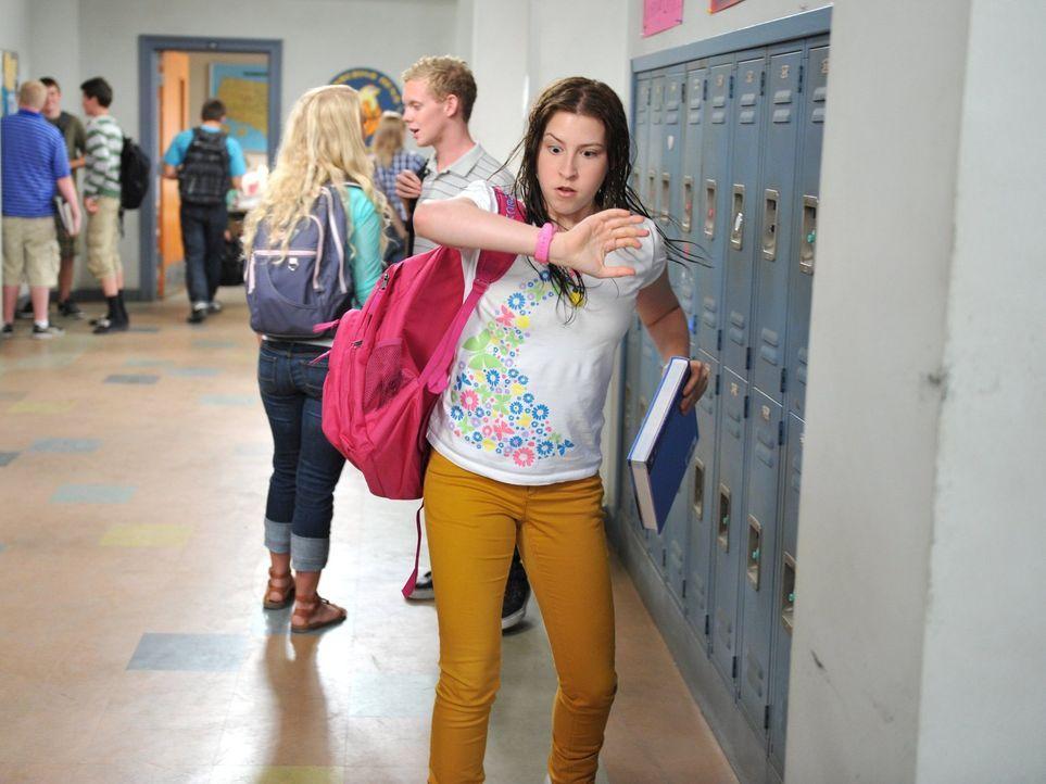 Um seine Schwester Sue (Eden Sher) davon abzuhalten, ihn in der Schule zu blamieren, bringt er sie dazu, einen Kurs zu wählen, der sie zu spät zum U... - Bildquelle: Warner Brothers