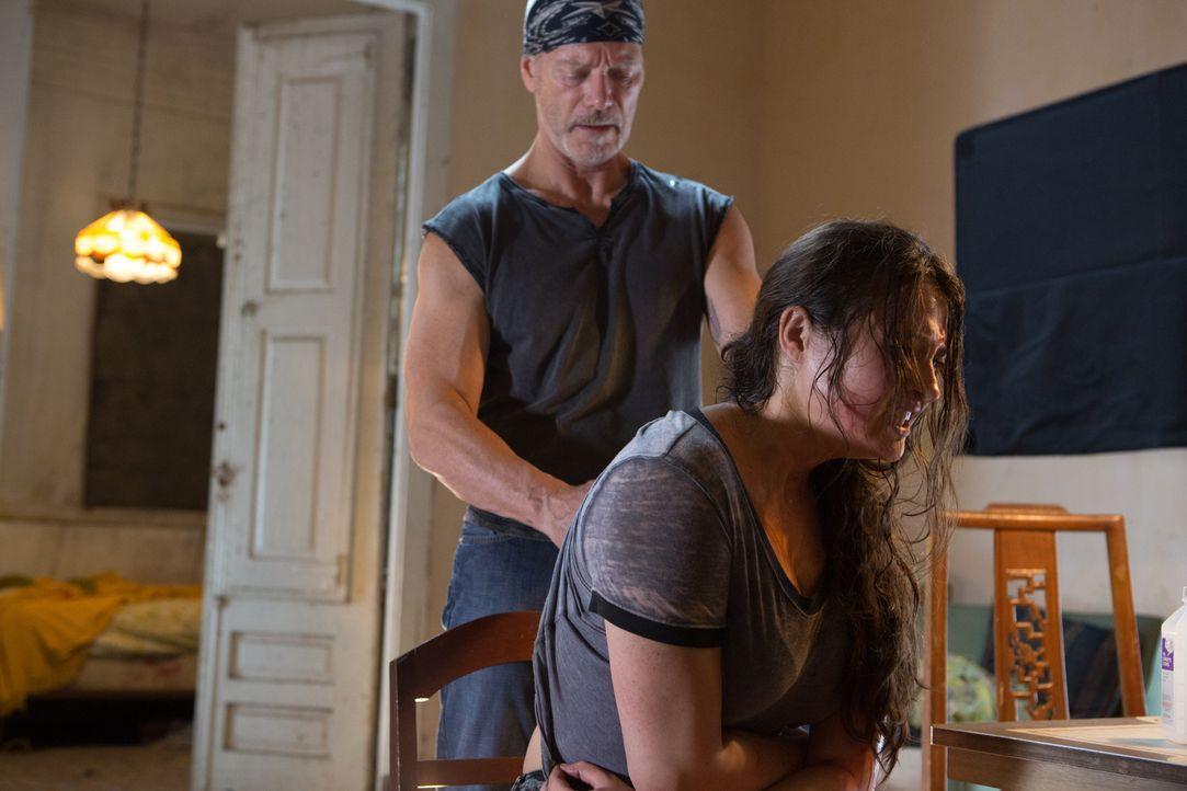 Sie muss knallhart sein. Die 14-jährige Eva (Gina Carano, r.) wird von ihrem Vater Casey (Stephen Lang, l.) zur furchtlosen Kämpferin ausgebildet. E... - Bildquelle: Francisco Roman ITB Productions, Inc.