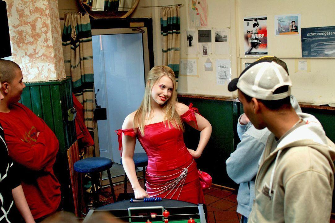 """Kim (Lara-Isabelle Rentinck, M.), die sich ein gewagtes Kleid aus Hugos neuester, streng geheimer Kollektion """"entliehen"""" hat, taucht - in der Absicht Timo zu treffen und zu gefallen - im Kickerclub auf."""
