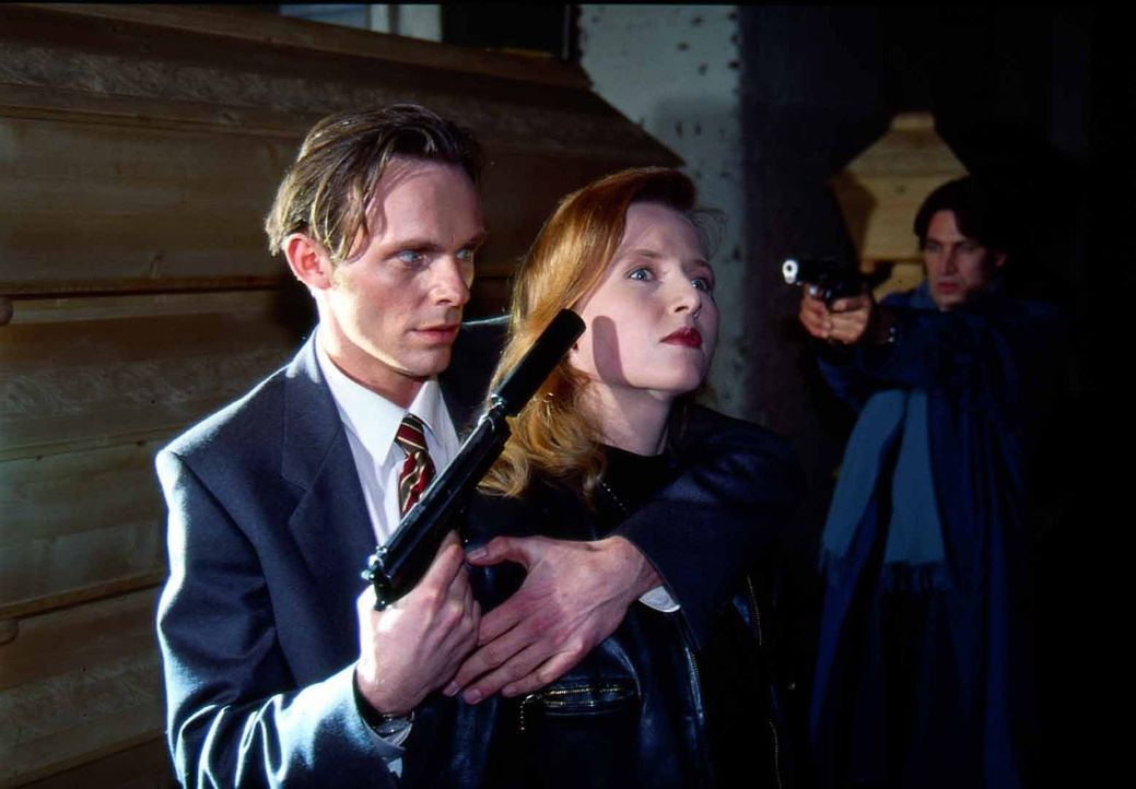 Strasser (Dirk Martens, l.) nimmt Angelika Laudan (Gesa Gross, M.) als Geisel. Kommissar Moser (Tobias Moretti, r.) versucht, die Situation zu retten. - Bildquelle: Ali Schafler Sat.1