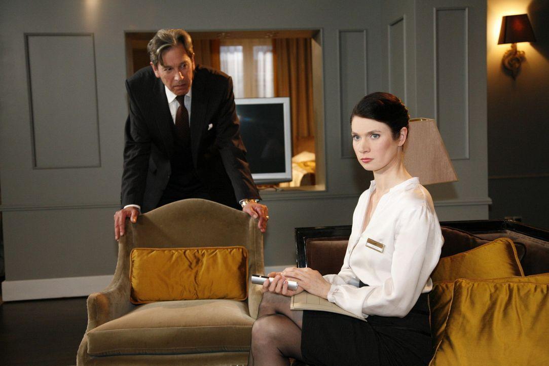 Julius (Günter Barton, l.) verliert langsam die Geduld, als Gina (Elisabeth Sutterlüty, r.) keine brauchbaren Ergebnisse liefert ... - Bildquelle: SAT.1