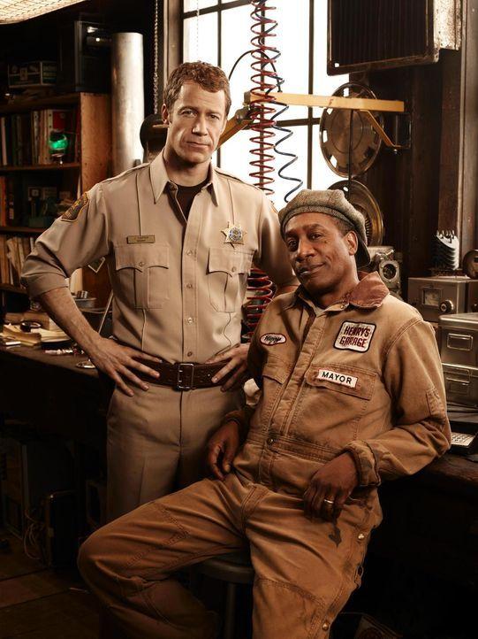(4. Staffel) - In Eureka geht es ziemlich merkwürdig zu: Henry (Joe Morton, r.) und Jack (Colin Ferguson, l.) ... - Bildquelle: Universal Television