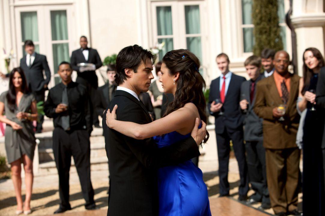 Da knistert es aber ganz schön zwischen den beiden Tanzenden (v.l.n.r.: Ian Somerhalder, Nina Dobrev) ... - Bildquelle: Warner Bros. Television