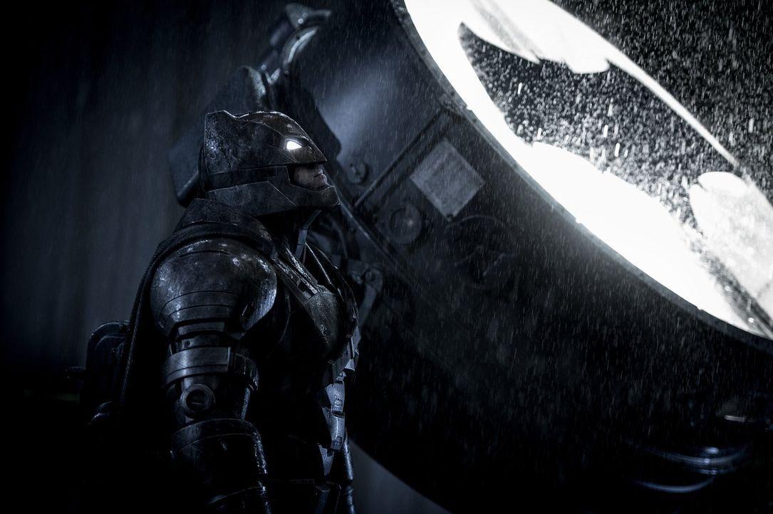 Wird Bruce Wayne alias Batman (Ben Affleck) sein unbändiger Drang zur Selbstjustiz schließlich in große Schwierigkeiten bringen? - Bildquelle: Warner Bros.