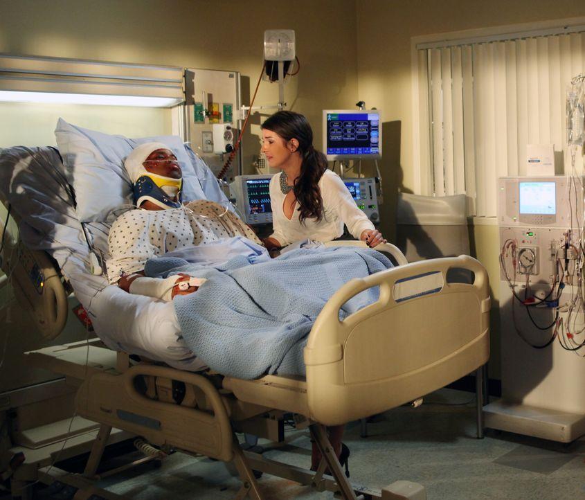 Annie (Shenae Grimes, l.) besucht Dixon (Tristan Wilds, l.), der einen schweren Autounfall hatte, im Krankenhaus. Wird er jemals wieder gesund werden? - Bildquelle: 2012 The CW Network. All Rights Reserved.