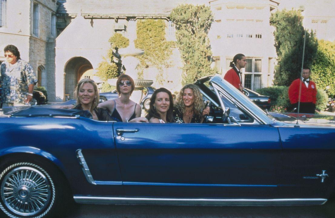 """Playboy""-Boss Hugh Hefner lädt Sam (Kim Cattrall, l.), Miranda (Cynthia Nixon, 2.v.l.), Charlotte (Kristin Davis, 2.v.r.) und Carrie (Sarah Jessic... - Bildquelle: Paramount Pictures"
