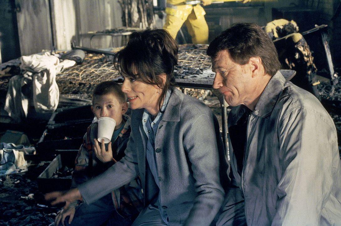 Dewey (Erik Per Sullivan, l.), Lois (Jane Kaczmarek, M.) und Hal (Bryan Cranston, r.) testen, nach dem Wohnungsbrand, den Fernseher. - Bildquelle: TM +   2000 Twentieth Century Fox Film Corporation. All Rights Reserved.