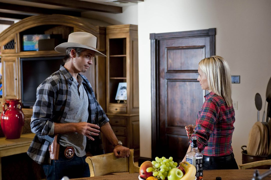 Auf der Suche nach verlorenen Gemälden unterhält sich Raylan Givens (Timothy Olyphant, l.) mit der Ex-Frau (Katherine LaNasa, r.) des Verstorbenen... - Bildquelle: 2010 Sony Pictures Television Inc. and Bluebush Productions, LLC. All Rights Reserved.