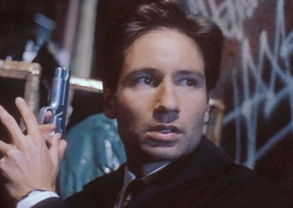 Mulder (David Duchovny) kann seine Kollegin in letzter Sekunde davon abhalten, selbst zum Opfer eines fettsaugenden Mörders zu werden. - Bildquelle: TM +   2000 Twentieth Century Fox Film Corporation. All Rights Reserved.
