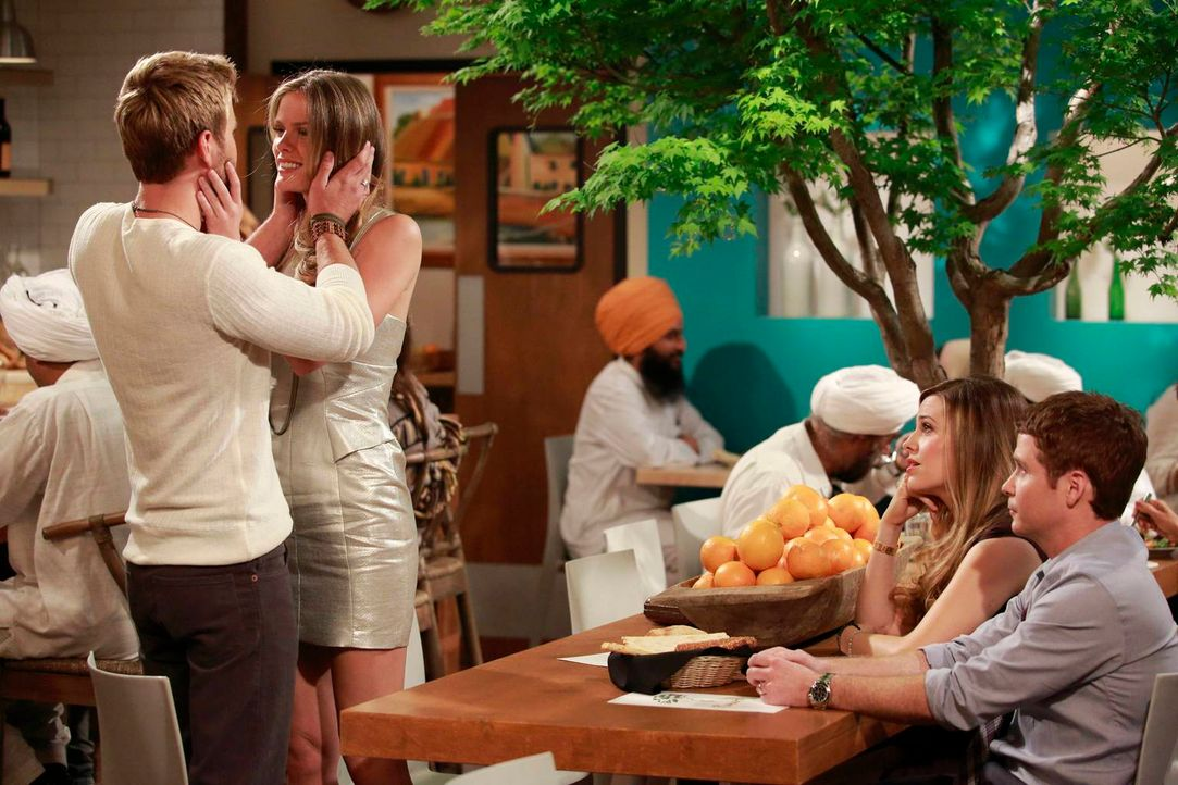 Das frische Glück von Jules (Brooklyn Decker, 2.v.l.) und Lowell (Rick Donald, l.) lässt Andi (Majandra Delfino, 2.v.r.) und Bobby (Kevin Connolly,... - Bildquelle: 2013 CBS Broadcasting, Inc. All Rights Reserved.