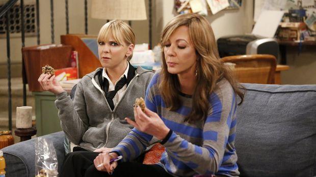 Christy (Anna Faris, l.) und Bonnie (Allison Janney, r.) lassen sich die Keks...