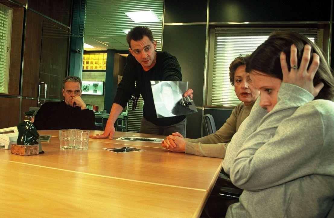 Die junge Prostituierte Teresa (Klaudija Jovanovic, r.) wird von Tom (Steven Merting, 2.v.l.) mit dem Foto des Bordellbesitzers Warns konfrontiert.... - Bildquelle: Bienert Sat.1