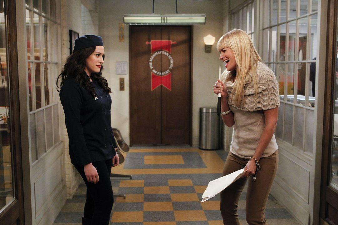 Zufällig findet Caroline (Beth Behrs, r.) die Wahrheit über Max' (Kat Dennings, l.) Freund Deke heraus. Max ist alles andere als begeistert ... - Bildquelle: Warner Bros. Television