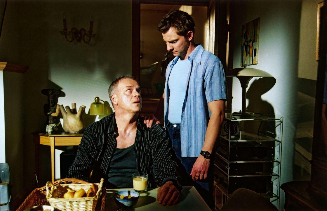 Tom (Steven Merting, r.) versucht alles, damit sein Chef (Jürgen Heinrich, l.) wieder clean wird. - Bildquelle: Claudius Pflug Sat.1