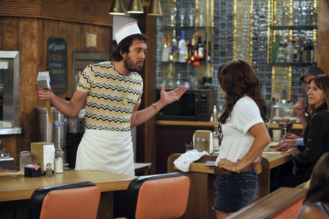 Der russische Koch Oleg (Jonathan Kite, l.) lässt im Restaurant nichts anbrennen und geht auf Flirtkurs mit den weiblichen Gästen. Wie lange er wo... - Bildquelle: Warner Brothers