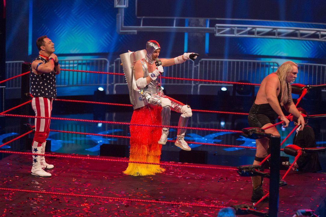Joko Winterscheidt (M.) kämpft um den Titel des besten Show-Masters. Doch wird er mit seiner Show mit Evil Jared Hasselhoff (l.) und Herman The Germ... - Bildquelle: Guido Ohlenbostel ProSieben