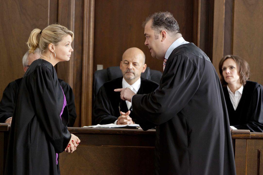 Für ihre Mandanten gibt Danni (Annette Frier, l.) alles vor Gericht. Richter Biskup (Bernardus Manders, M.) und Anwalt Dibbel (Timo Dierkes, r.) bek... - Bildquelle: Frank Dicks SAT.1