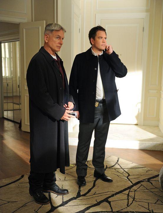 Sind besorgt um Ziva, die nach dem Tod ihres Vaters auf Rache aus ist: Gibbs (Mark Harmon, l.) und Tony (Michael Weatherly, r.) ... - Bildquelle: CBS Television