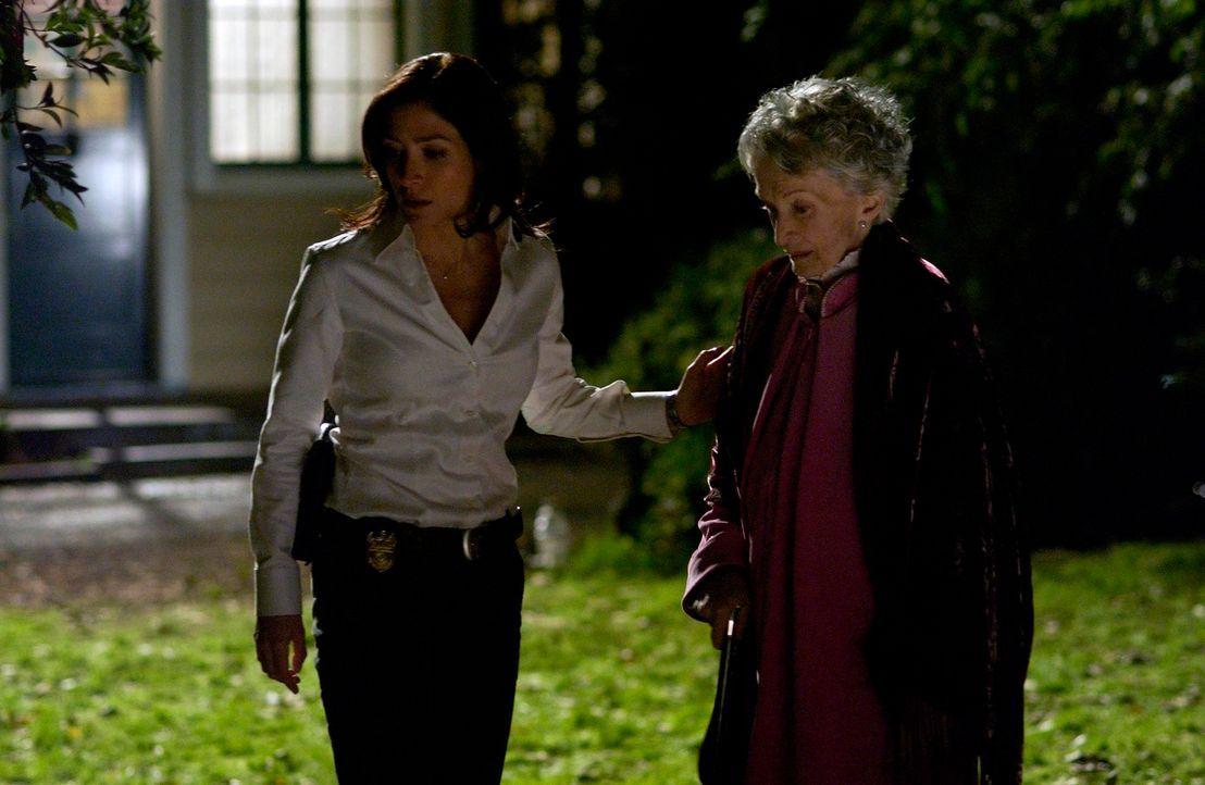 Machen sich Sorgen um den entführten Ducky: Kate (Sasha Alexander, l.) und Duckys Mutter Victoria (Nina Foch, r.) ... - Bildquelle: CBS Television