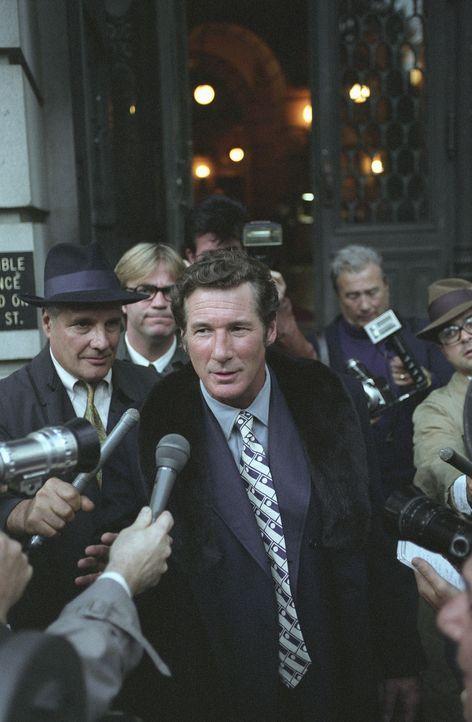 Ein Jahrhundertskandal nimmt seinen Lauf und die Presse stürzt sich auf den Schriftsteller Clifford Irving (Richard Gere, M.) ...