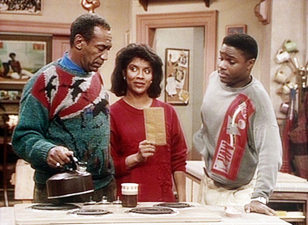 Clair (Phylicia Rashad, M.) schreitet ein, als Cliff (Bill Cosby, l.) und Theo (Malcolm-Jamal Warner, r.) einen Brief öffnen wollen, der gar nicht... - Bildquelle: Viacom