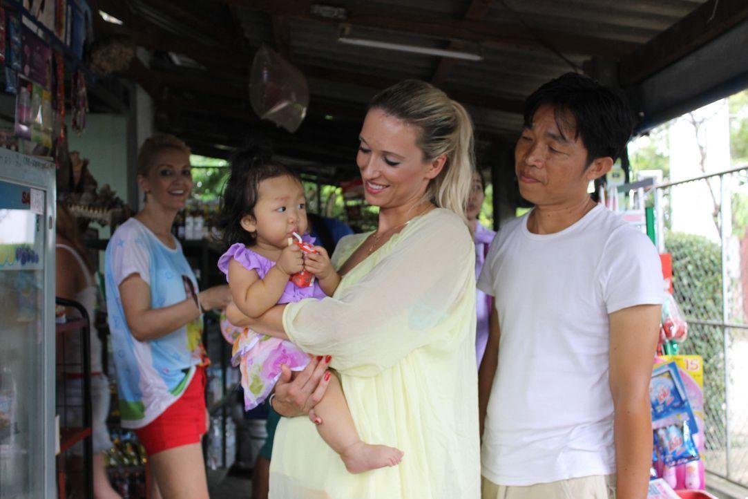 Eine neue Herausforderung wartet auf Babs (l.) und Barbie (2.v.r.). Sie reisen nach Thailand, um dort eine einheimische Familie zu organisieren. Doc... - Bildquelle: SAT.1