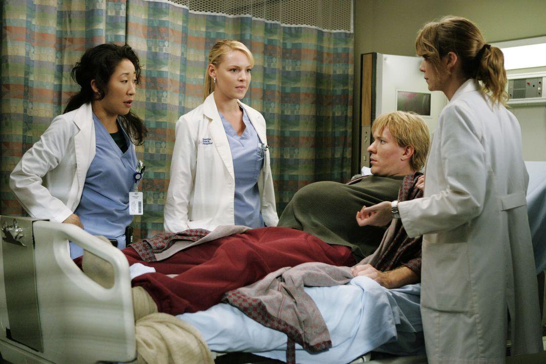 Meredith (Ellen Pompeo, r.), Cristina (Sandra Oh, l.) und Izzie (Katherine Heigl, 2.v.l.) haben sich einen Patienten (Joseph Sikora, 2.v.r.) aus der... - Bildquelle: Touchstone Television