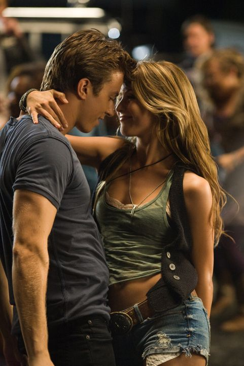 Obwohl das Gesetz es verbietet, rocken und flirten sie, was das Zeug hält: Ren (Kenny Wormald, l.) und Ariel (Julianne Hough, r.) ... - Bildquelle: 2010 Paramount Pictures. All Rights Reserved.