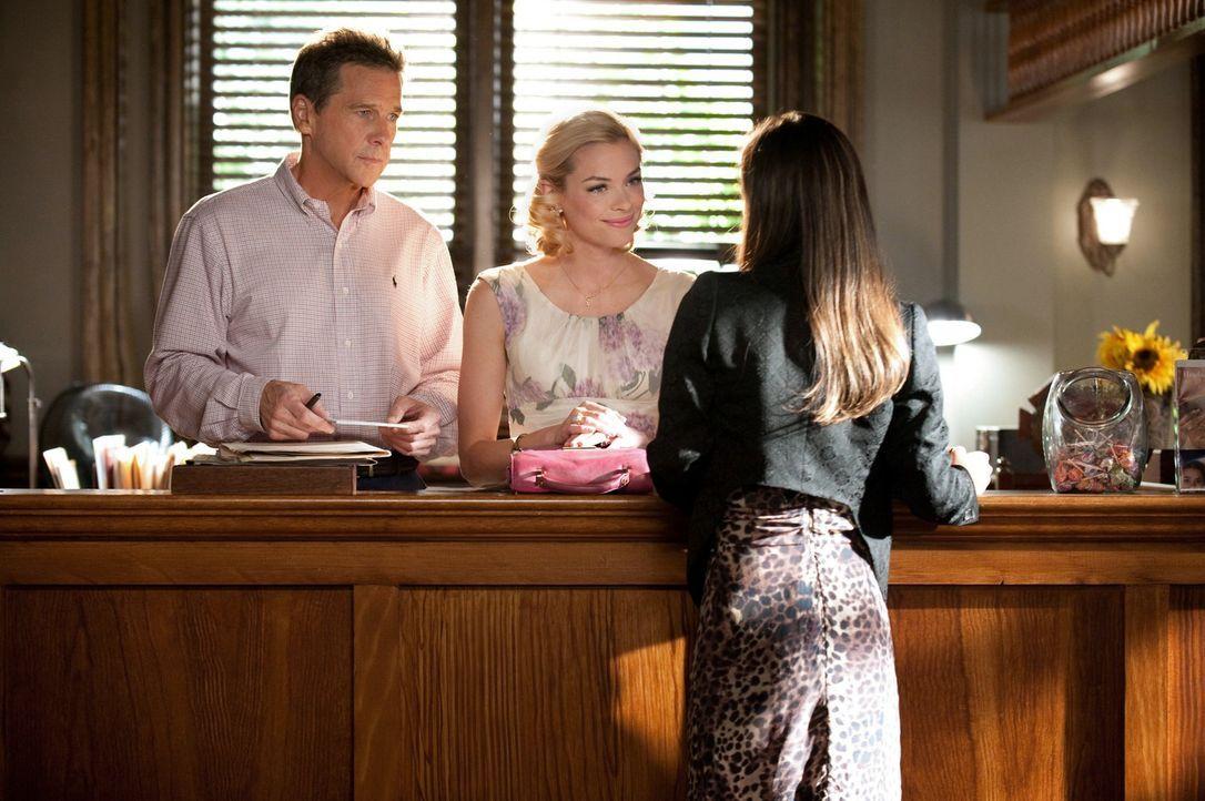 Zoe (Rachel Bilson, r.) entdeckt unter einer Kommode eine Kiste mit alten Fotos. Dr. Brick Breeland (Tim Matheson, l.) und Lemon (Jamie King, M.) er... - Bildquelle: Warner Bros.