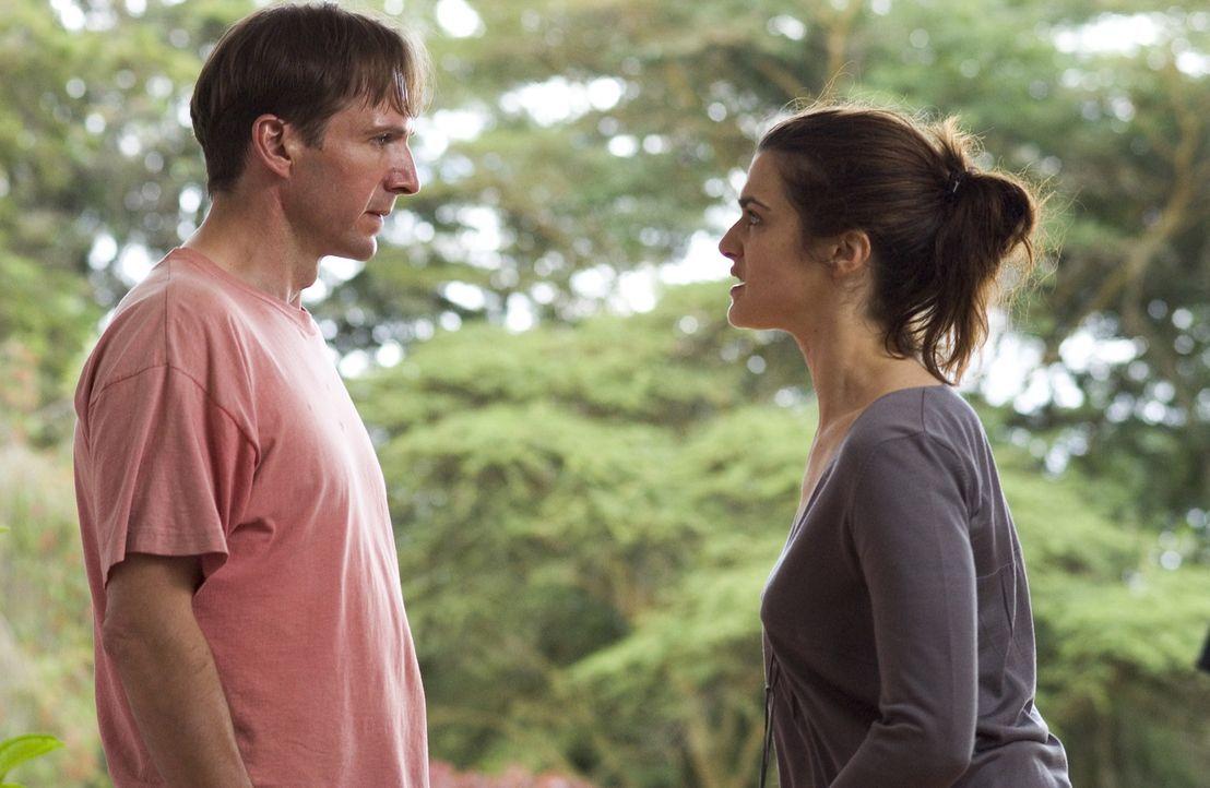 Während sich Tessa (Rachel Weisz, r.), eine engagierte Aktivistin, den Problemen Afrikas stellt, lässt ihr Ehemann und Diplomat Justin (Ralph Fien... - Bildquelle: Epsilon Motion Pictures